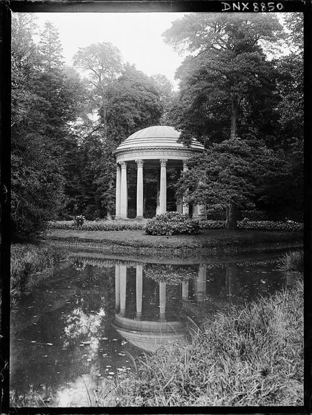 Le temple de l'Amour et son reflet dans l'étang