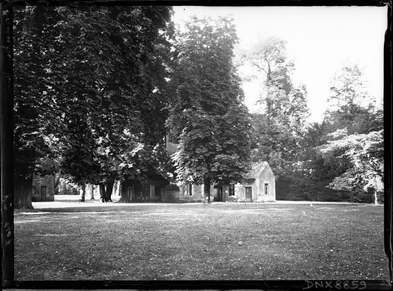 Hameau de la Reine : maisons sous les arbres