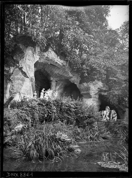 Grotte des bains d'Apollon, groupes sculptés : les chevaux du char du soleil et Apollon servi par les nymphes