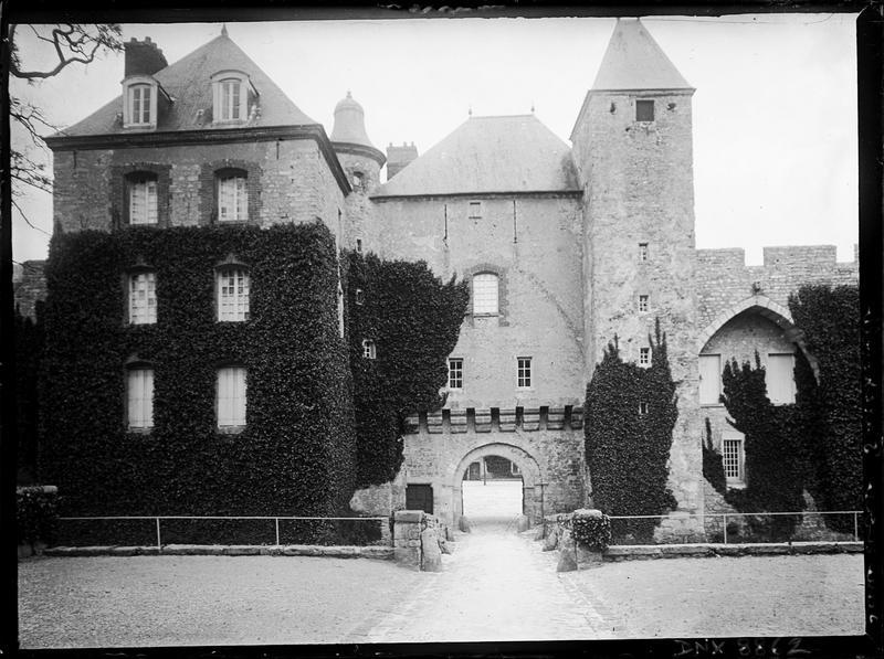 Façade principale : entrée et donjon