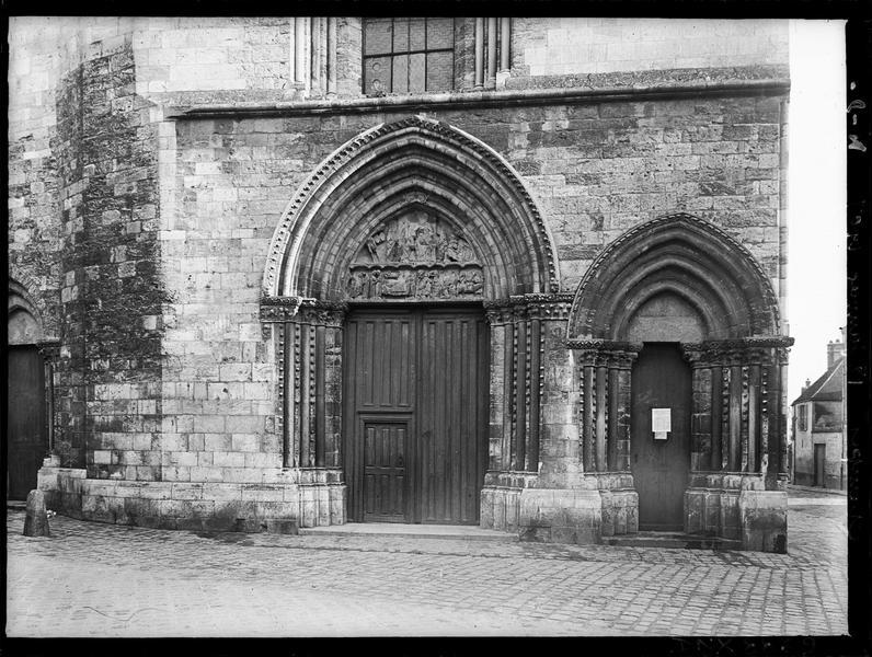 Façade ouest : les deux portails