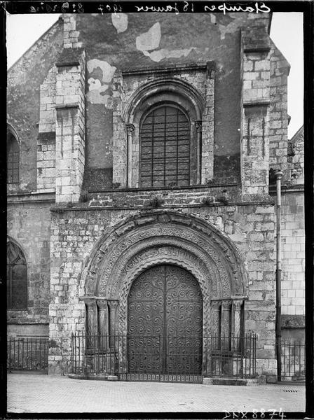 Façade ouest : portail et baie