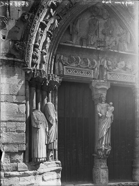 Façade ouest : portail principal, côté gauche