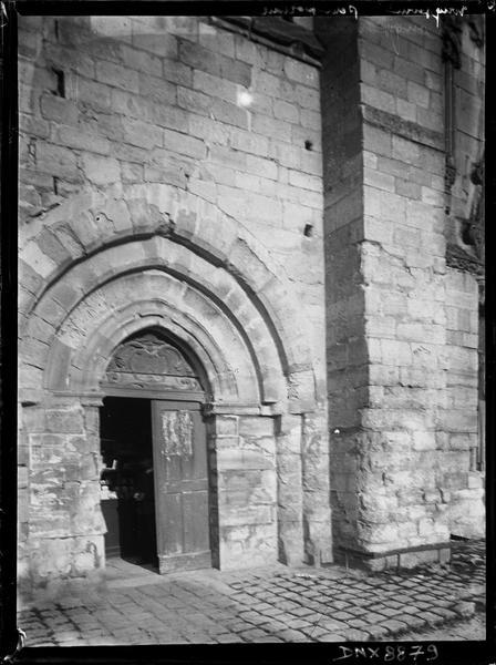 Façade ouest : portail de la tour-clocher