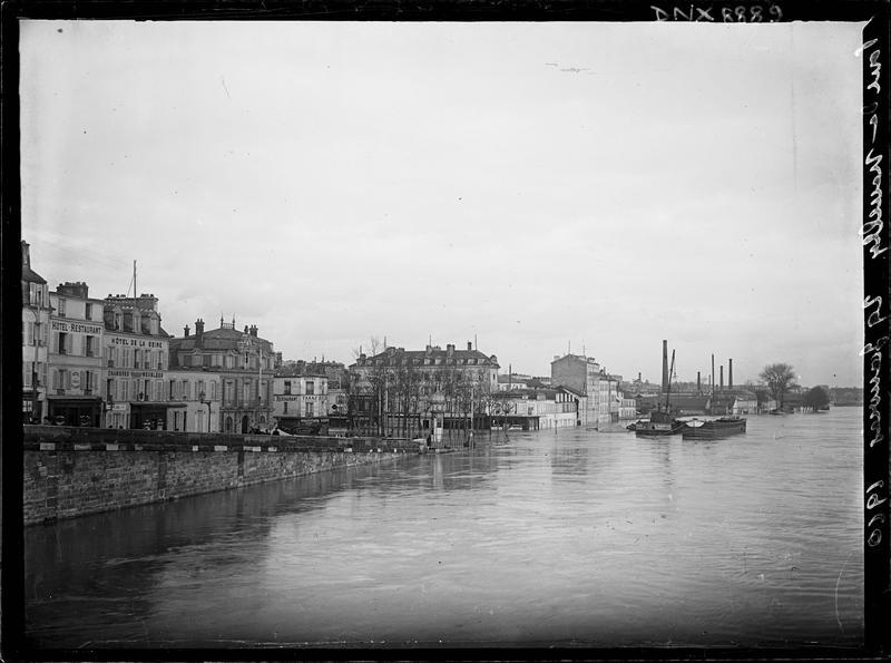 Quais inondés en bord de Seine : vue prise du pont de Neuilly
