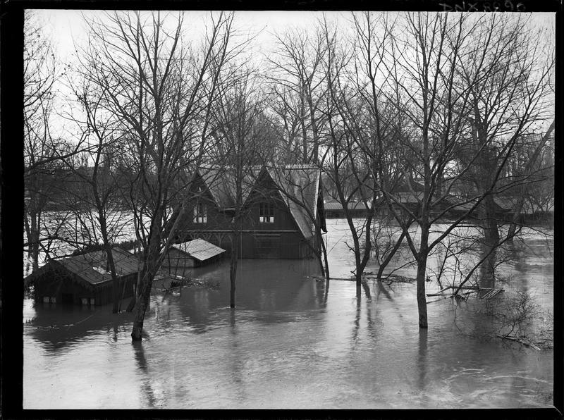 Vue plongeante sur les chalets inondés