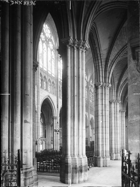 Intérieur : vue transversale du bas-côté sud et de la nef vers le nord-est