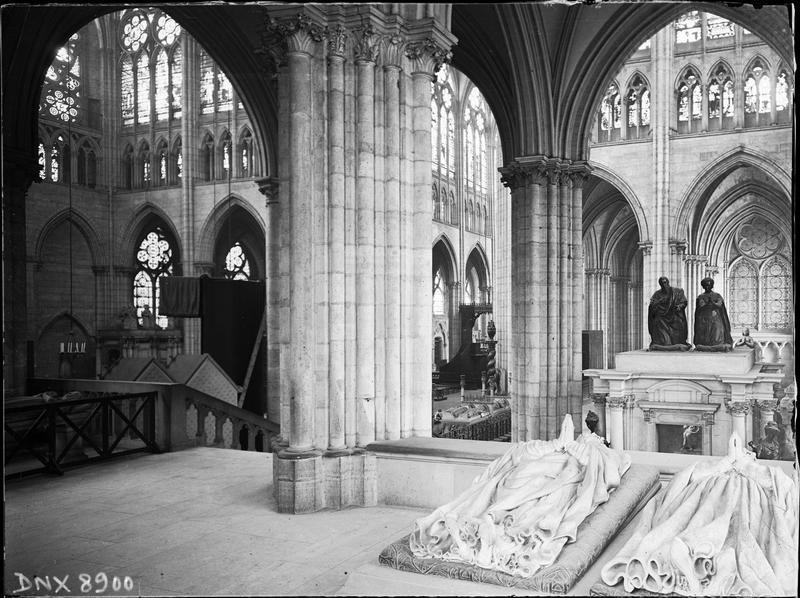Intérieur : dalles funéraires (2 gisants) et tombeau d'Henri II et de Catherine de Médicis