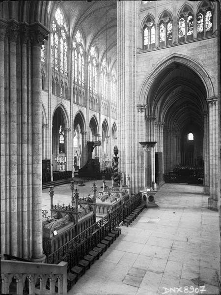 Intérieur : transept nord, bas-côté nord et nef, vue transversale vers le sud-ouest