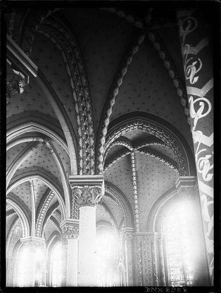 Intérieur : colonnes et voûtes peintes du déambulatoire
