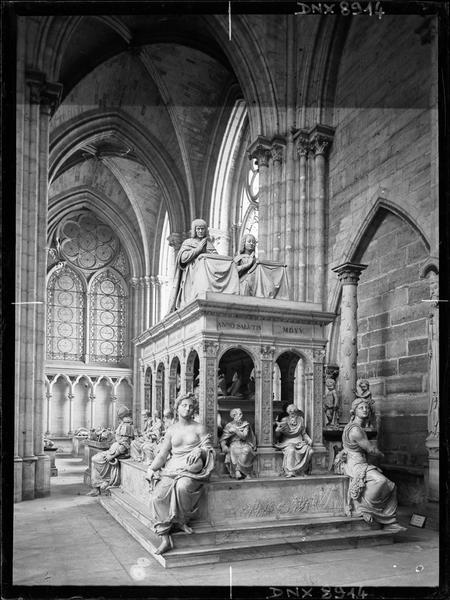 Intérieur : tombeau de Louis XII et d'Anne de Bretagne, vue de trois-quarts face