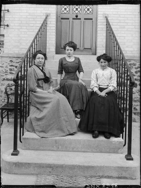 Portrait collectif : trois femmes assises sur le perron