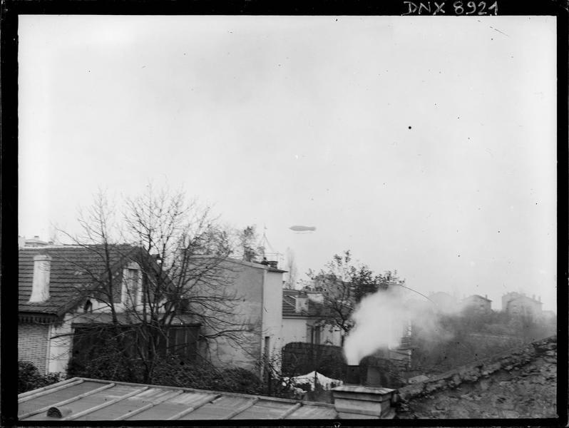 Dirigeable au-dessus des toits et cheminées