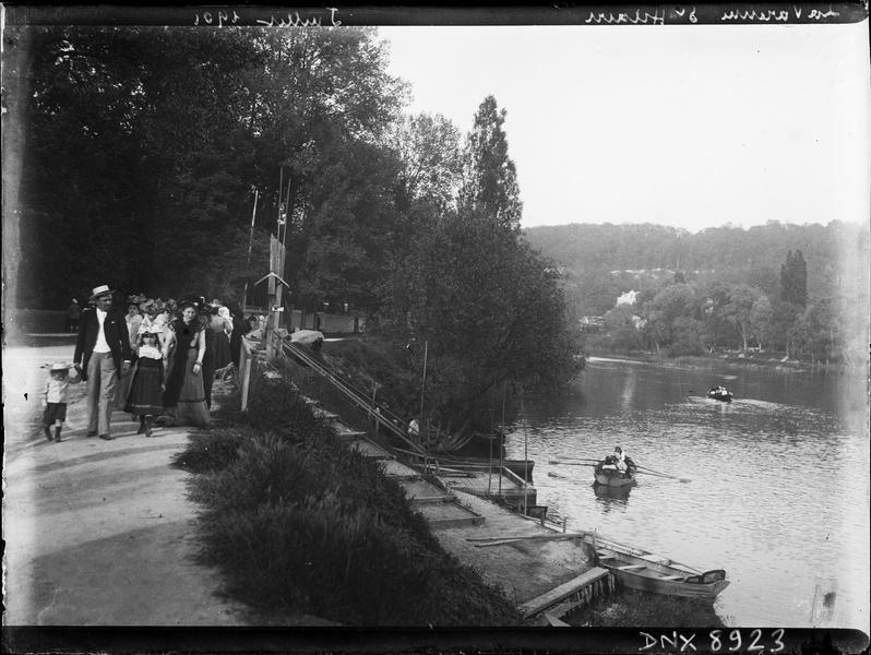 Promeneurs et barques sur les berges de la Marne
