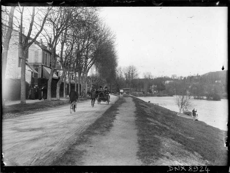 Promeneurs dans une carriole et cyclistes sur les berges de la Marne