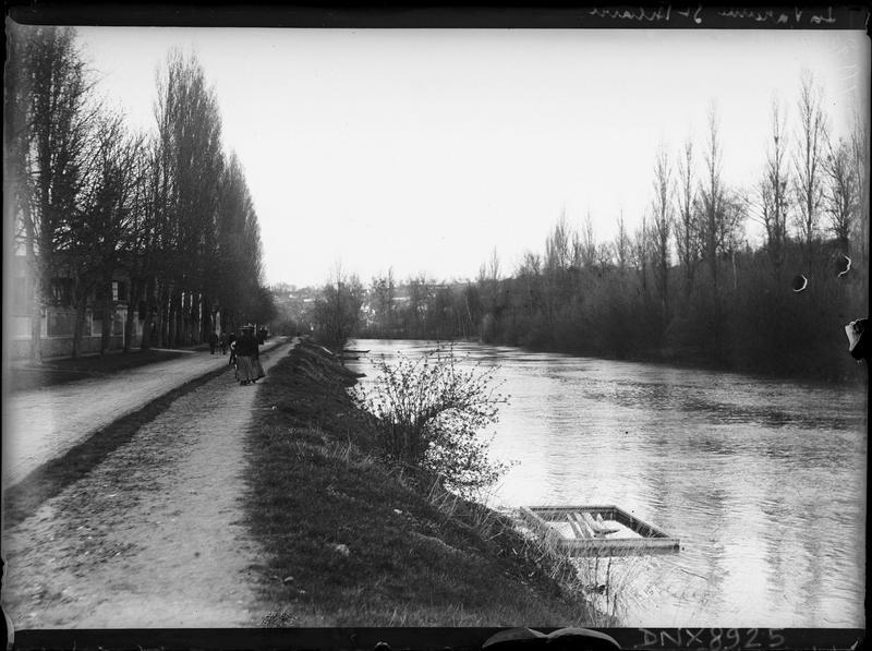Promeneurs sur les berges de la Marne