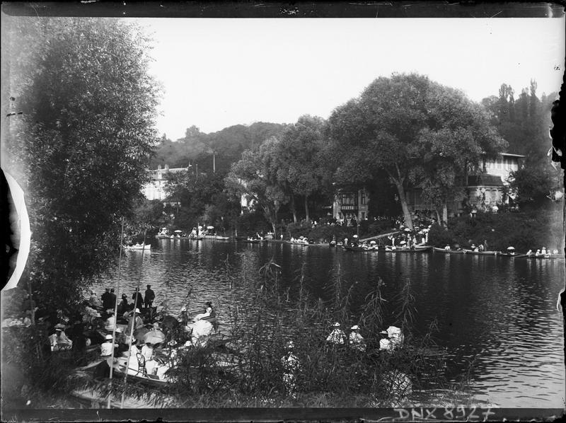 Terrasse et barques au bord de la Marne
