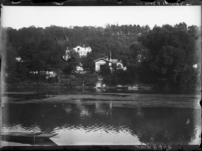 Maisons noyées dans la végétation, dominant la Marne