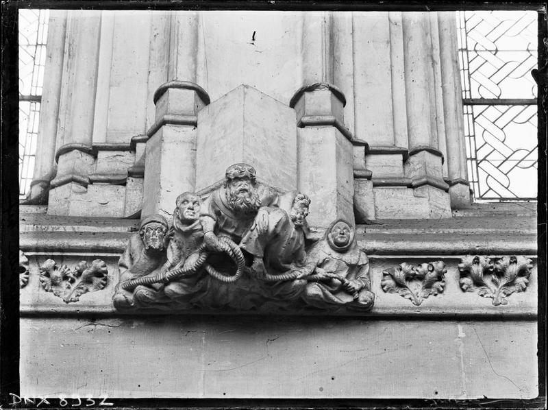 Sainte-Chapelle, intérieur, nef : culot sculpté de personnages tenant une corde