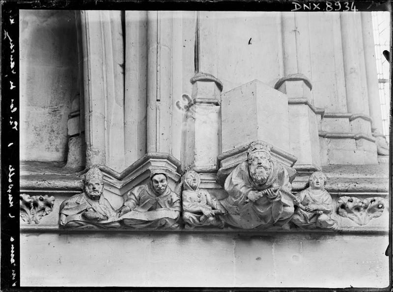 Sainte-Chapelle, intérieur, nef : culots sculptés d'un buste d'évêque et de personnages tenant une corde