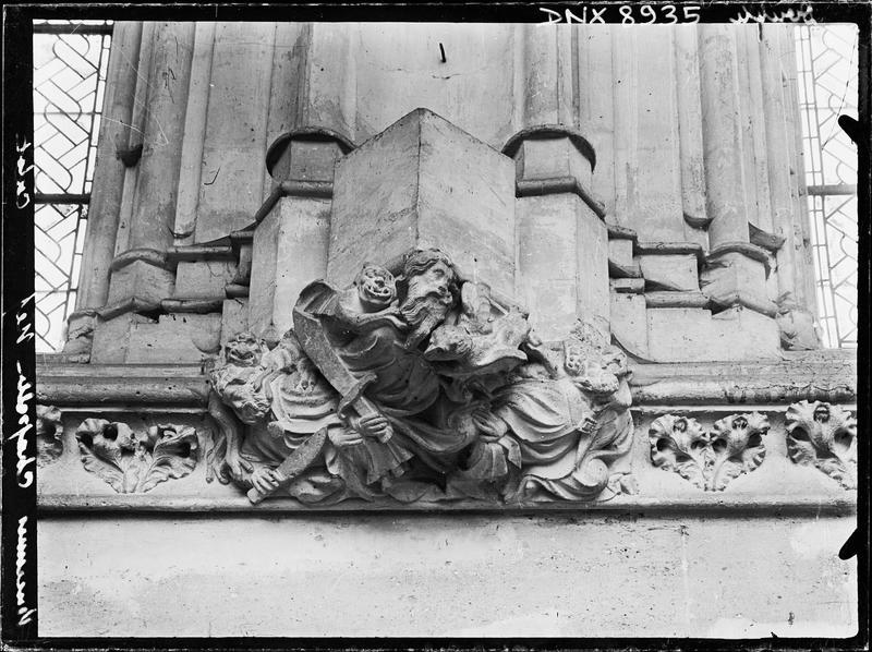 Sainte-Chapelle, intérieur, nef : culot sculpté de démons, d'un buste d'évêque et d'un personnage tenant un cimeterre