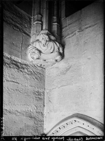 Sainte-Chapelle, intérieur, passage nord : culot de l'angle nord-ouest, sculpté d'un personnage