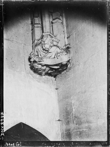 Sainte-Chapelle, intérieur, passage nord : culot de l'angle sud-ouest, sculpté d'un personnage