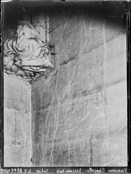 Sainte-Chapelle, intérieur, passage nord : culot de l'angle nord-est, sculpté d'un personnage