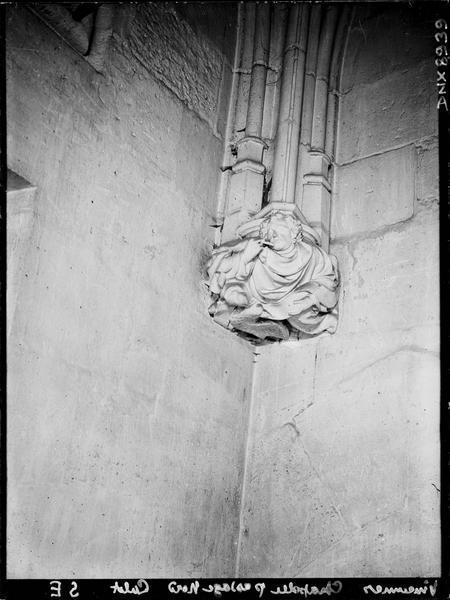 Sainte-Chapelle, intérieur, passage nord : culot de l'angle sud-est, sculpté d'un personnage