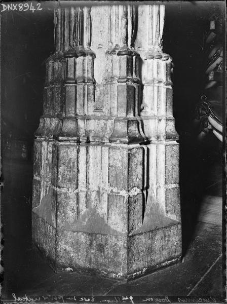 Donjon, intérieur, premier étage : base du pilier central