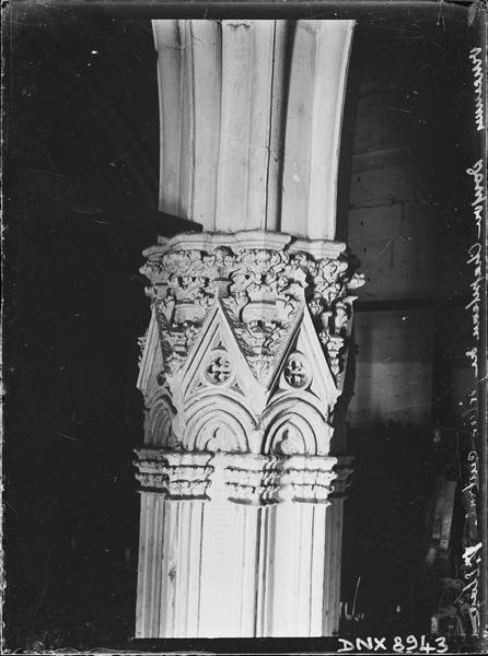 Donjon, intérieur, premier étage : chapiteau du pilier central