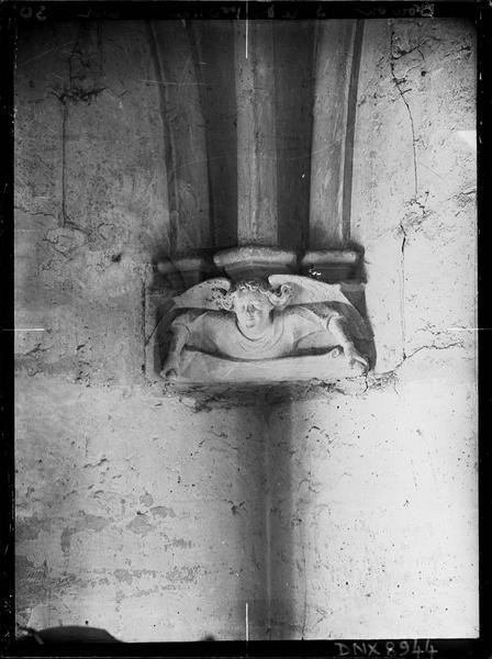 Donjon, intérieur, premier étage : culot sud-ouest sculpté d'un ange