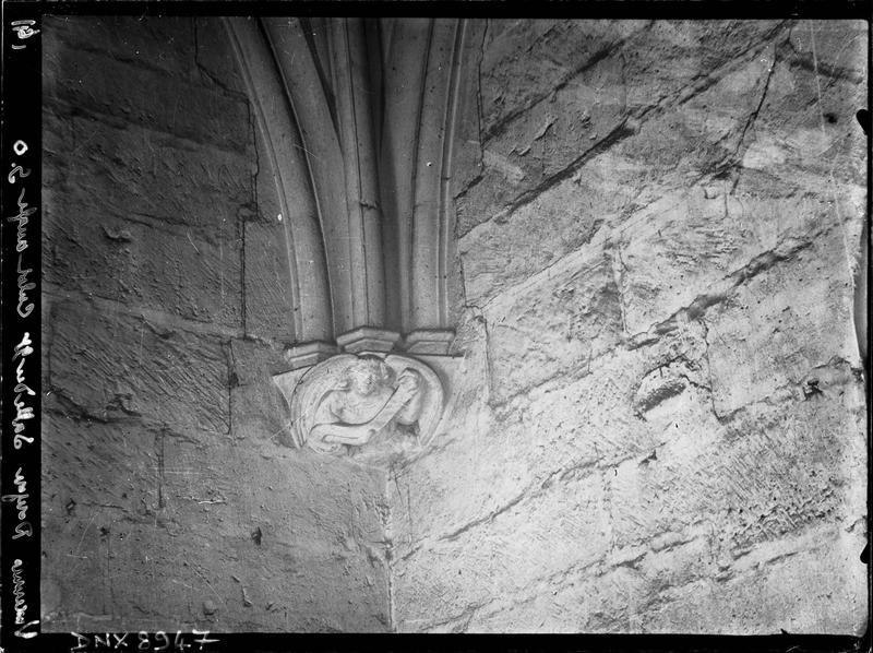 Donjon, intérieur, salle du deuxième étage : culot de l'angle sud-ouest sculpté d'un ange