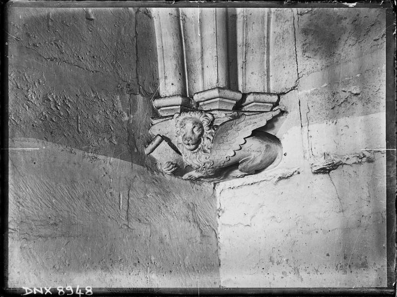 Donjon, intérieur, deuxième étage : culot sculpté d'un lion ailé