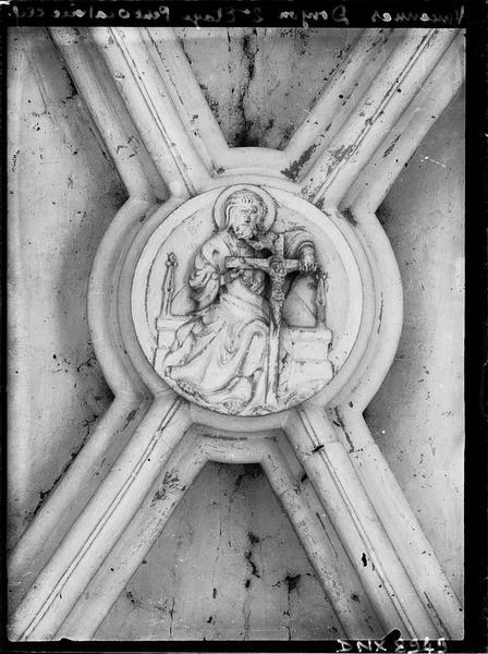 Donjon, intérieur, deuxième étage : clef de voûte du petit oratoire, sculptée d'une Trinité