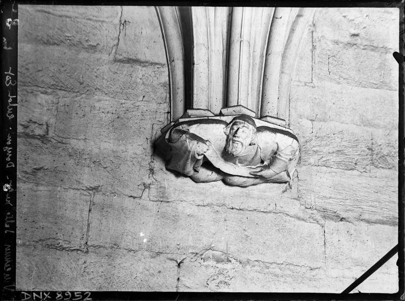 Donjon, intérieur, troisième étage : culot Est sculpté d'un personnage