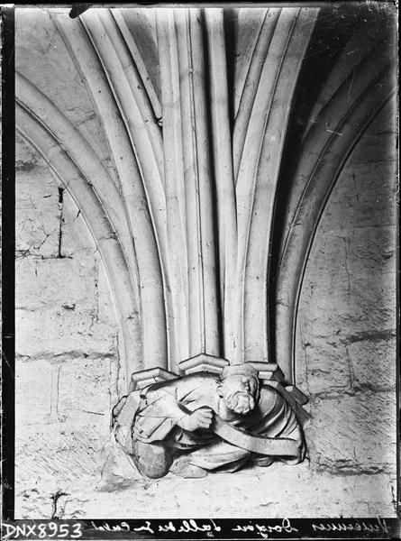 Donjon, intérieur, troisième étage : culot sculpté d'un personnage
