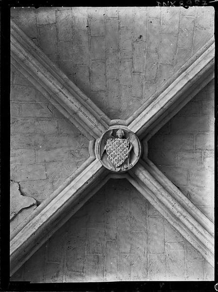 Donjon, intérieur, troisième étage : clef de voûte ornée d'un blason tenu par un ange