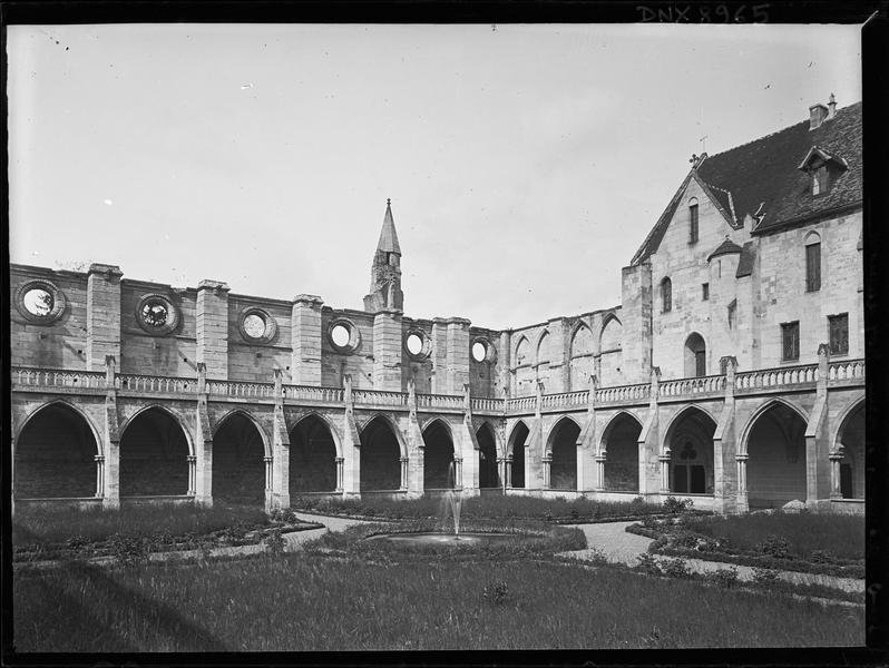 Cloître : galeries côté église, vues du jardin