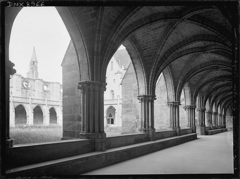 Cloître : intérieur d'une galerie, piliers et voûtes