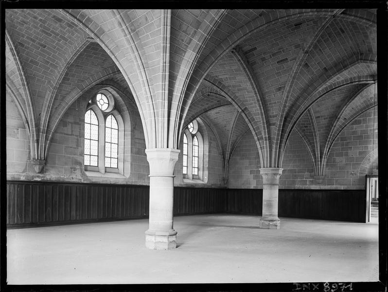Salle, intérieur : piliers et voûtes
