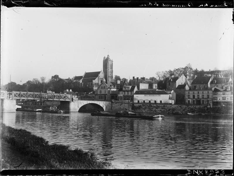 Quais de la ville et pont traversant l'Oise, église en arrière-plan