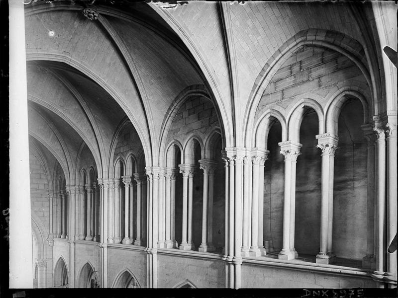 Intérieur, détail de la nef : triforium