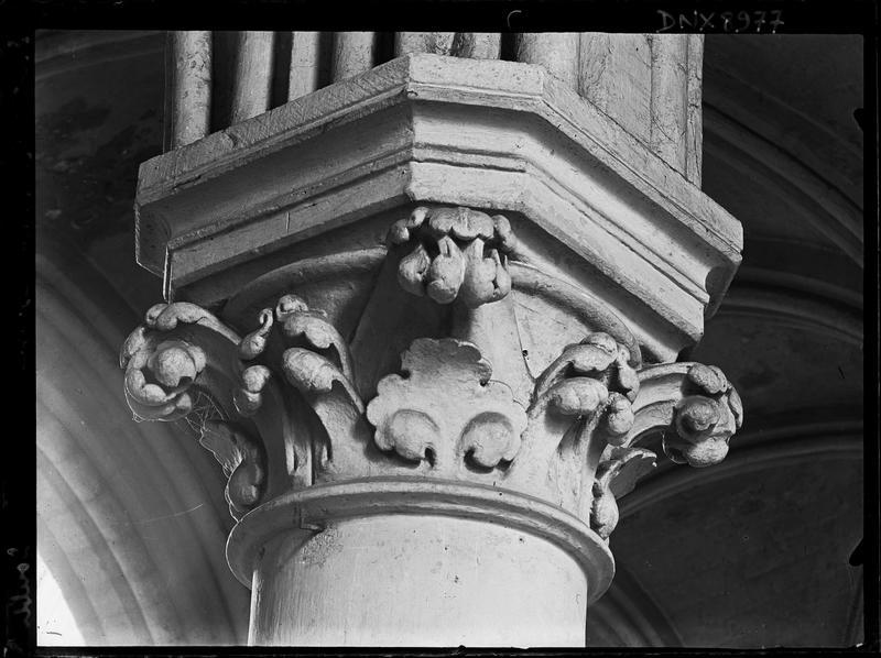 Intérieur, nef : chapiteau à décor végétal