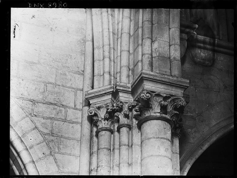 Intérieur : groupe de chapiteaux à décor végétal