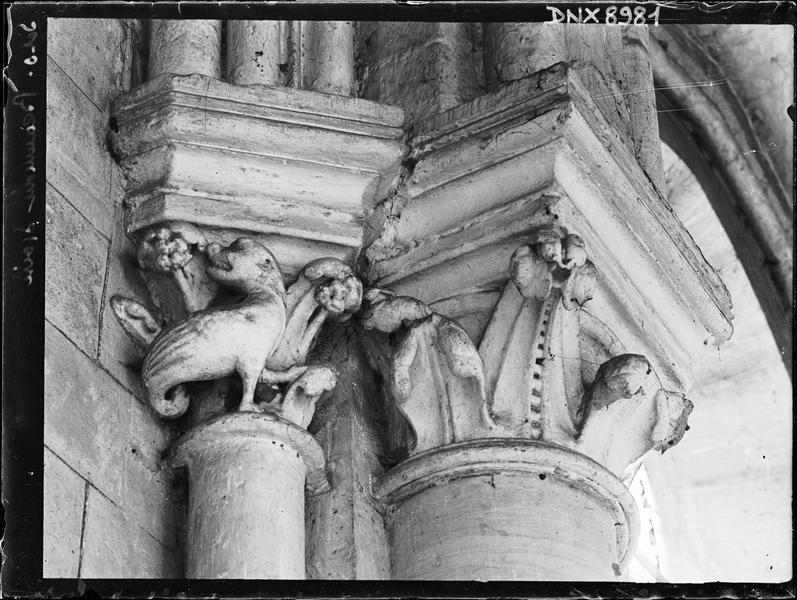 Intérieur : deux chapiteaux, l'un à décor végétal, l'autre orné d'un animal fantastique