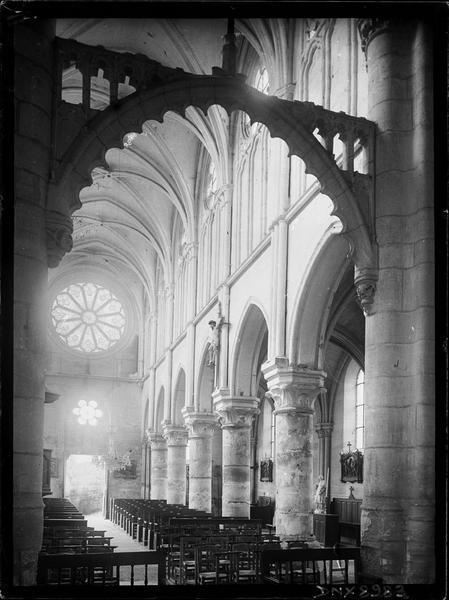 Intérieur : nef vue en diagonale vers le nord-ouest, arc triomphal ou poutre de gloire à la croisée du transept
