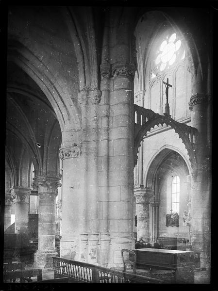 Intérieur : pilier à la croisée du transept, arc triomphal ou poutre de gloire