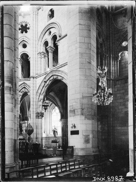 Intérieur : partie du choeur et du transept sud vus de la croisée du transept