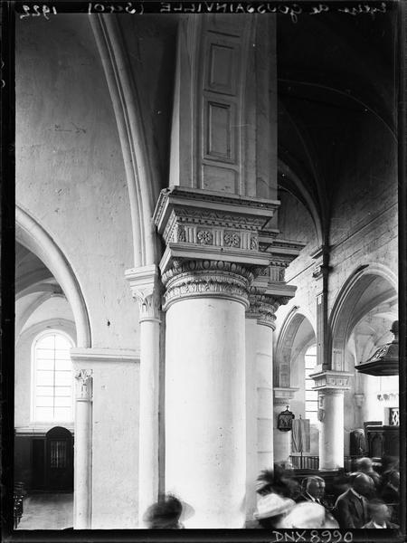 Intérieur : pilier et partie de la nef